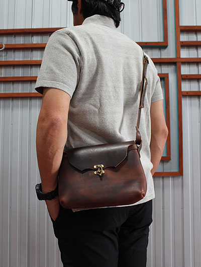 FERNAND LEATHER(�ե���ʥ�ɥ쥶��)��HORIZONTAL LATCH POUCH Msize���������Хå���Brown